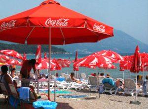 sombrillas-cocacola-playa-productos-promocionales